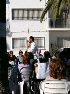 El P. Carlos Redondo, dando una Palabra.
