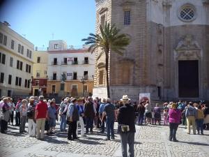 Las personas se acercan al lugar del Encuentro en la Plaza